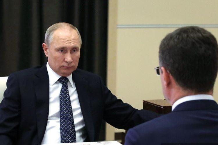 Presiden Rusia Vladimir Putin bertemu dengan wakil perdana menteri Alexander Novak di Novo-Ogaryovo, luar Moskwa pada 22/12/2020.