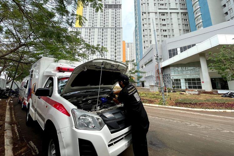 Brum Indonesia menginisiasi kegiatan pengecekan dan penggantian pelumas secara gratis untuk ambulan dan mobil jenazah di Rumah Sakit Darurat Covid-19 (RSDC) Wisma Atlet, Kemayoran, Jakarta, Selasa (10/8/2021).
