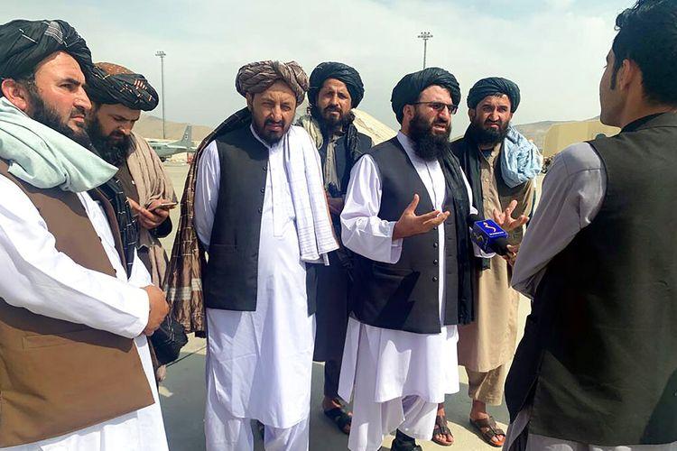 Para pejabat Taliban diwawancarai oleh wartawan di dalam Bandara Internasional Hamid Karzai setelah penarikan AS di Kabul, Afghanistan, Selasa, 31 Agustus 2021.