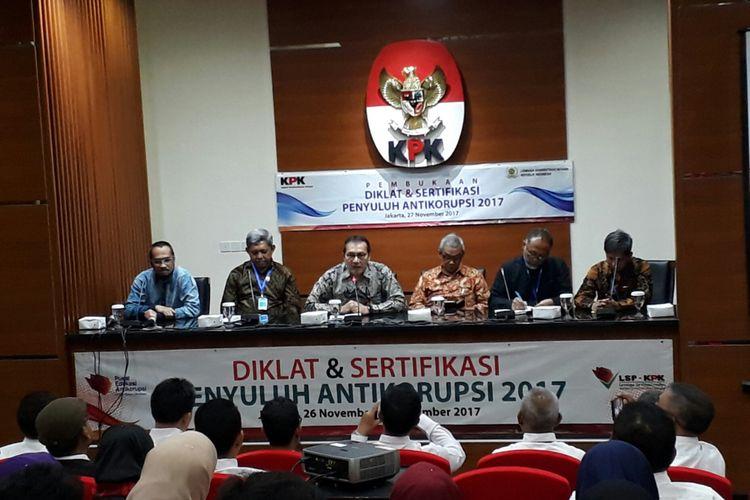 Komisi Pemberantasan Korupsi (KPK) menggelar acara pembukaan diklat penyuluh antikorupsi di gedung KPK, Kuningan, Jakarta, yang dihadiri pimpinan dan mantan pimpinan KPK, Senin (27/11/2017).