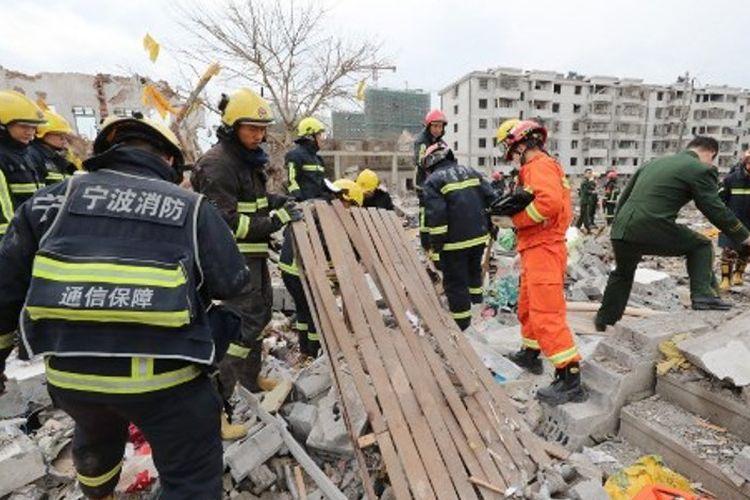 Petugas penyelamat memeriksa lokasi ledakan di Ningbo, provinsi Zhejiang, China, Minggu (26/11/2017).