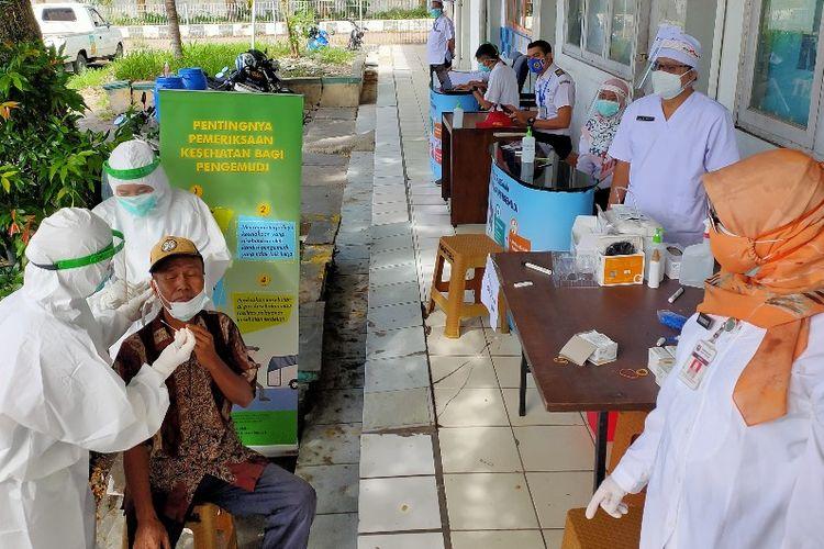 Petugas kesehatan dari Puskesmas Margadana Dinas Kesehatan Kota Tegal melakukan pemeriksaan swab antigen virus Covid-19 kepada sopir bus di Terminal Bus Kota Tegal, Rabu (16/12/2020)