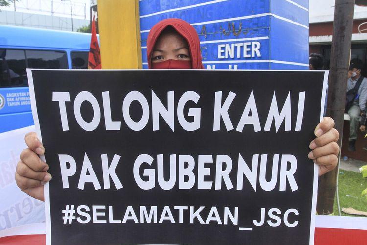 Para pegawai PT Jakabaring Sport City (JSC) Palembang, menggelar aksi mogok kerja lantaran gaji mereka selama 10 bulan pada tahun 2019 lalu sampai saat ini tak dibayar, Kamis (8/4/2021).