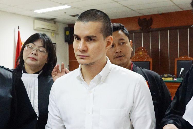Artis peran Steve Emmanuel saat menjalani persidangan penyalahgunaan narkoba di Pengadilan Negeri Jakarta Barat, Kamis (4/4/2019).
