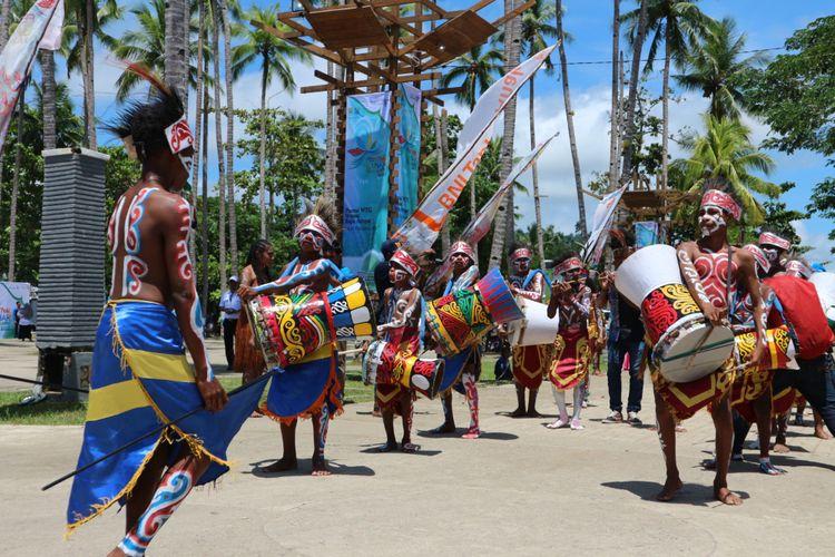 Pembukaan Festival Bahari Raja Ampat 2017, dibuka dengan tarian kolosal dari sanggar Mbilin Kayam yang bercerita tentang Kehidupan Masyarakat Bahari di Raja Ampat, Rabu (18/10/2017).