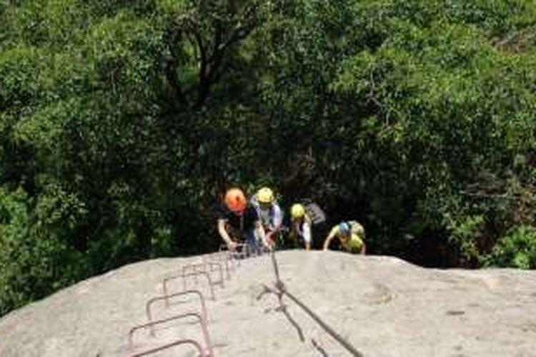 Via ferrata adalah teknik panjat dengan mendaki tangga besi yang