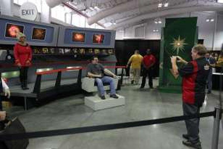 Para pengunjung berfoto di arena Star Trek: Mission New York yang digelar di Javits Center, New York, pada 2 September 2016.
