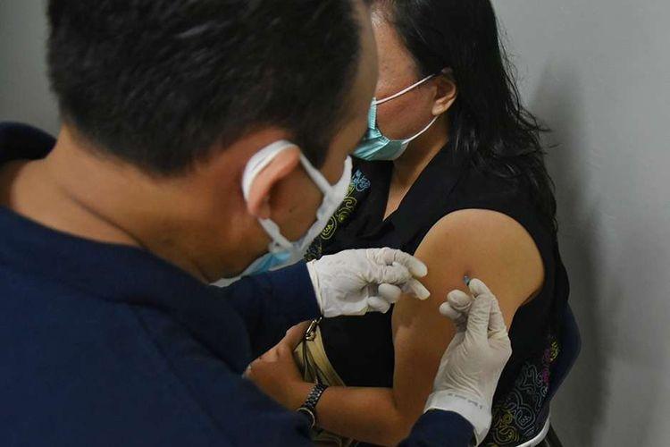 Tenaga kesehatan mendapat suntikan vaksin Covid-19 di Gedung Sasana Budaya Ganesha (Sabuga), Kota Bandung, Jawa Barat, Rabu (3/2/2021). Sebanyak 3.000 tenaga kesehatan dari berbagai rumah sakit ikut berpartisipasi dalam vaksinasi massal tersebut.