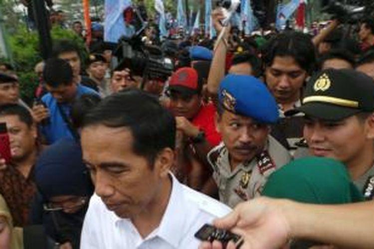 Gubernur DKI Jakarta Joko Widodo menemui buruh yang berunjuk rasa di depan Balaikota Jakarta, Kamis (31/10/2013).