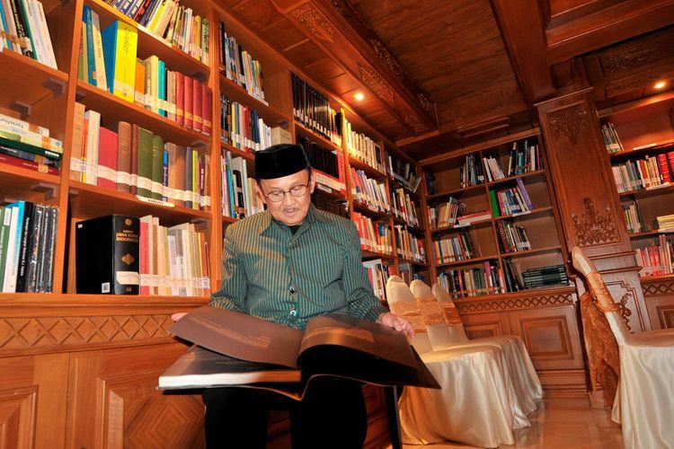 Bacharuddin Jusuf Habibie membaca salah satu koleksinya di perpustakaan Habibie Ainun, Jakarta, Senin (11/8/2014). Selain sebagai perpustakaan, ruangan ini juga difungsikan sebagai tempat diskusi dan pertunjukan musik.  Kompas/Mohammad Hilmi Faiq (MHF) 11-08-2014  DIMUAT 7/9/14 HAL 21 *** Local Caption *** Aku dan Rumahku : BJ Habibie  BJ Habibie membaca salah satu koleksinya di perpustakaan Habibie Ainun, Jakarta, Senin (11/8). Selain sebagai perpustakaan, ruangan ini juga difungsikan sebagai tempat diskusi dan pertunjukan musik.  Kompas/Mohammad Hilmi Faiq (MHF) 11-08-2014