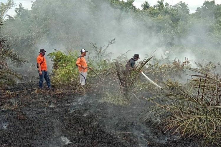 Petugas Manggala Agni Dumai tengah berupaya memadamkan api karhutla di Kelurahan Bukit Timah, Kecamatan Dumai Selatan, Kota Dumai, Riau, Sabtu (20/2/2021).