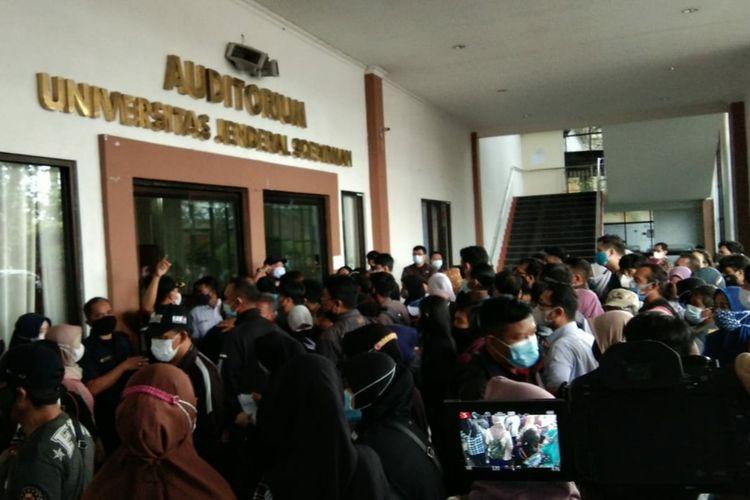 Kerumunan vaksinasi di pintu masuk Auditorium Universitas Jenderal Soedirman (Unsoed) Purwokerto, Jawa Tengah, Kamis (2/9/2021) pagi.