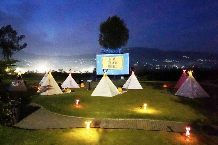 Pemandangan malam hari di Tenda Dibawah Bintang, Bandung Barat.