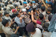Kapolresta Pekanbaru Pingsan Terimpit Mahasiswa yang Sedang Demo