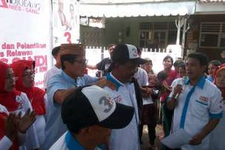 Calon wakil gubernur DKI Jakarta nomor tiga Sandiaga Uno memijat para relawannya saat berkampanye di Jalan Lontar Atas, Kelurahan Kebon Melati, Tanah Abang, Jumat (6/1/2017).