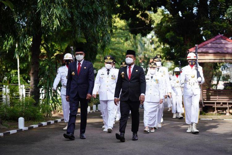 Gubernur Sulawesi Selatan (Sulsel), Nurdin Abdullah resmi melantik 11 kepala daerah Wali Kota dan Wakil Wali Kota serta Bupati dan Wakil Bupati hasil Pilkada Serentak 2020 di Baruga Karaeng Pattingalloang, Rumah Jabatan Gubernur Sulsel, Jumat (26/2/2021).