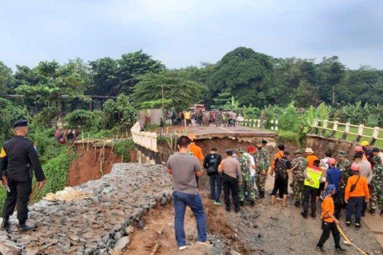 Jembatan di Purwakarta ambruk
