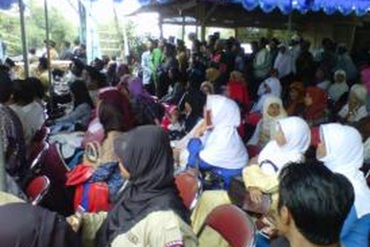 Ribuan warga menghadiri acara doa bersama memperingati 1000 hari meninggalnya Mbah Maridjan di Kinahrejo, Desa Umbulharjo, Cangkringan, Sleman, Yogyakarta, Jumat (19/7/2013).