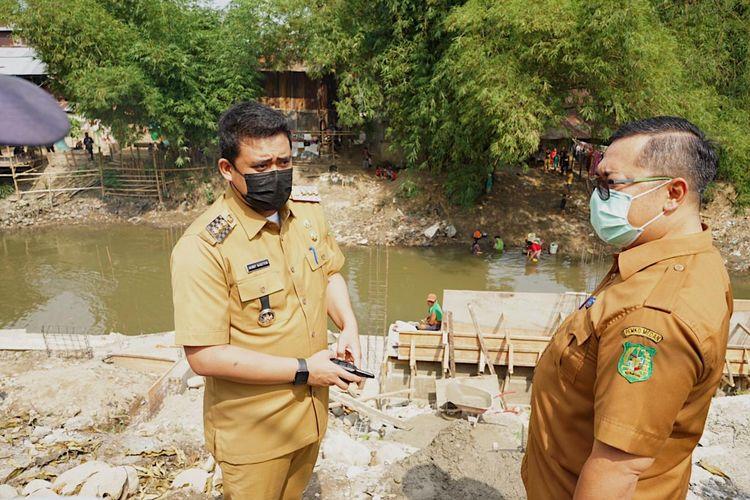 Wali Kota (Walkot) Medan Bobby Nasution saat meninjau program pengendalian banjir di salah satu sungai di Medan.