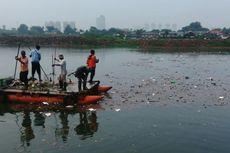 Sampah Mengambang di Waduk Ria Rio Setelah Hujan Reda