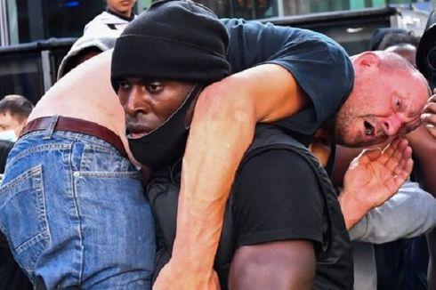 Foto Viral Pria Kulit Hitam Selamatkan Pria Kulit Putih dalam Demo Black Lives Matter