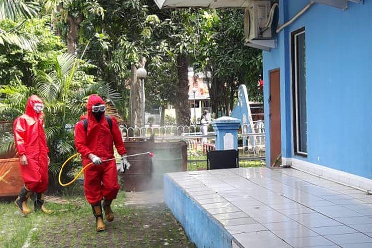 Suku Dinas Penanggulangan Kebakaran dan Penyelamatan (Gulkamart) atau petugas Damkar Jakarta Barat melakukan inisatif atau jemput bola dalam penyemprotan cairan disinfektan ke sejumlah fasilitas umum, Senin (8/6/2020).