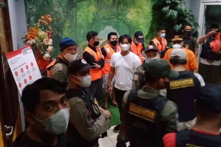 Satuan Polisi Pamong Praja (Satpol PP) Tangerang Selatan salah satu penginapan di wilayah Alam Sutera, Serpong, Jumat (23/4/2021) malam. Ada lima pasangan di luar nikah yang terjaring dalam penggerebekan itu.