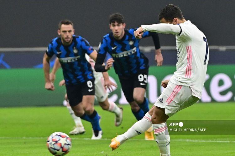 Eden Hazard saat mencetak gol penalti pada pertandingan Inter Milan vs Real Madrid pada matchday keempat fase grup Liga Champions 2020-2021 di Stadion Giuseppe Meazza, Kamis (26/11/2020) dini hari WIB.