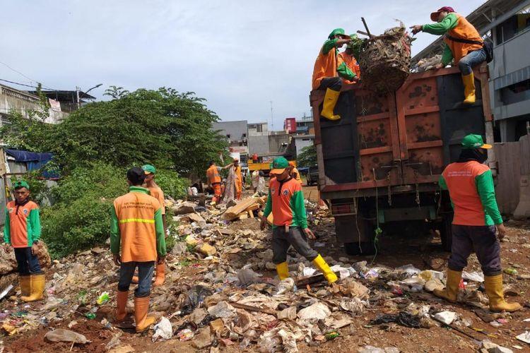 Gerebek sampah di lahan eks Pasar Blok A, Kebayoran Baru, Jakarta Selatan, Kamis (3/1/2019).