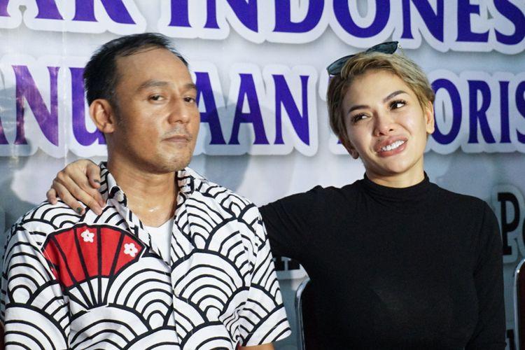 Artis peran yang juga pembawa acara Nikita Mirzani bersama sang suami, pengusaha Dipo Latief saat menggelar jumpa pers di kantor Komnas Perlindungan Anak di TB Simatupang, Jakarta Selatan, Kamis (31/5/2018).