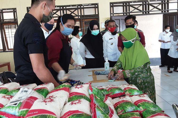 Bupati Kendal, Mirna Annisa, saat meninjau operasi pasar gula pasir. KOMPAS.COM/SLAMET PRIYATIN