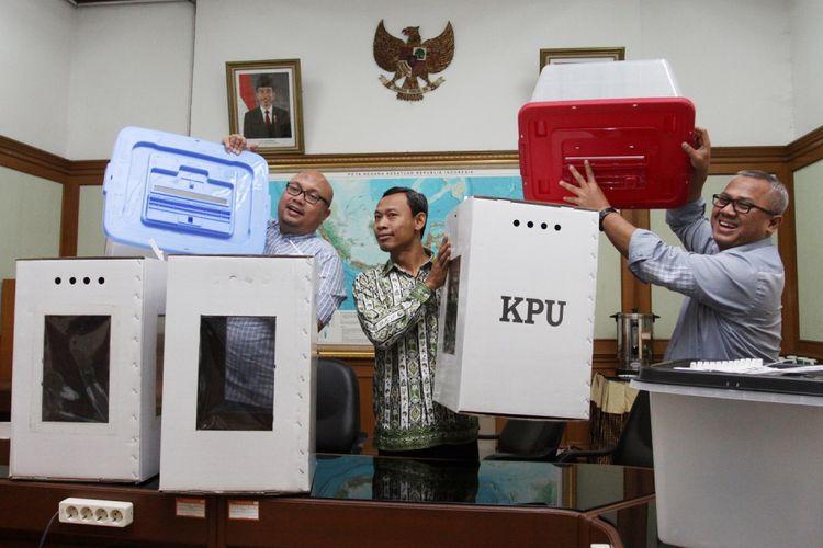 Ketua KPU Arief Budiman (kanan) bersama Dua komisioner Ilham Saputra (kiri) dan Pramono Ubaid Thantowi (tengah), saat menunjukkan contoh alternatif bentuk kotak suara transparan terbuat dari kertas karton dan boks plastik yang akan digunakan dalam Pilkada serentak 2018 dan Pemilu 2019, di Gedung Komisi Pemilihan Umum (KPU), Jakarta, Senin (7/8/2017). KPU akan berkonsultasi dengan DPR dan Pemerintah terkait rencana pengunaan kotak suara transparan yang akan menggantikan kotak suara yang rusak. ANTARA FOTO/ Reno Esnir/aww/17.
