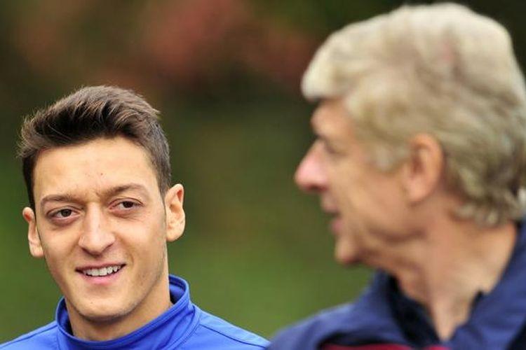 Mesut Oezil (kiri) bersama Manajer Arsene Wenger pada sesi latihan di London, 30 September 2013.