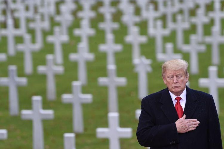 Preasiden AS Donald Trump ambil bagian dalam upacara di Pemakaman Tentara AS di Suresnes, tak jauh dari Paris, Peracis, Minggu (11/11/2018) untuk memperingati 100 tahun berakhirnya Perang Dunia I.