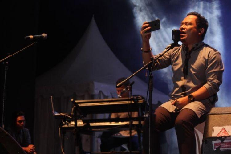 Vokalis band Wali, Faank, beraksi di panggung konser grup itu di  Lapangan Musara Alun, Takengon, Aceh Tengah, pada Sabtu (22/7/2017).