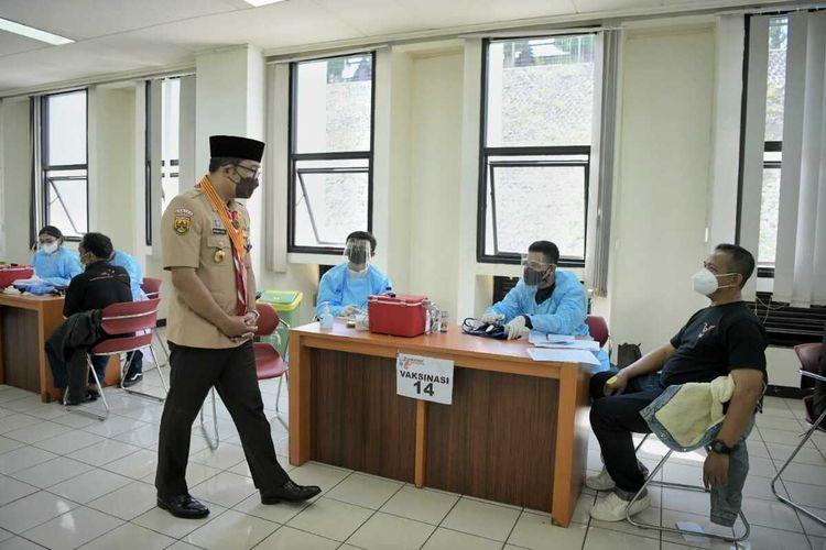 Gubernur Jabar Ridwan Kamil saat meninjau Sentra Vaksinasi Ganesha di Gedung Sabuga, Kota Bandung, Jumat (20/8/2021).