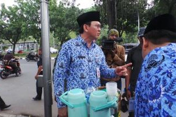 Tukang cincau dan pedagang kopi keliling kaget digertak Plt Gubernur Basuki Tjahaja Purnama, Senin (10/11/2014).