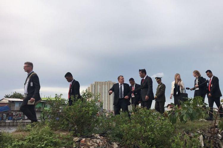 Perdana Menteri Denmark Lars Lokke Rasmussen menyempatkan diri untuk melihat kondisi area kumuh yang dipenuhi sampah plastik di dekat Pelabuhan Sunda Kelapa bersama Menteri Koordinator Bidang Kemaritiman Luhut Binsar Pandjaitan, Selasa (28/11/2017).