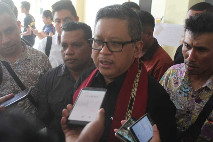 Sekretaris Jenderal (Sekjen) PDI-Perjuangan, Hasto Kristiyanto saat diwawancarai wartawan seusai menyampaikan pemaparan dalam kongres Perhimpunan Mahasiswa Katolik Indonesia (PMKRI) ke-31 di Aula Gereja Katedral Xaverius Ambon, Minggu (9/2/2020)