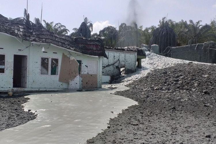 Semburan gas disertai lumpur dan batu memenuhi halaman Pondok Pesantren Al Ikhsan Boarding School di Kelurahan Tuah Negeri, Kecamatan Tenayan Raya, Kota Pekanbaru, Riau, Jumat (5/2/2021).