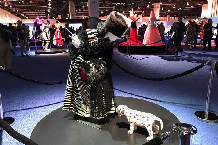 Kostum karakter Cruella de Ville dari film 101 Dalmation