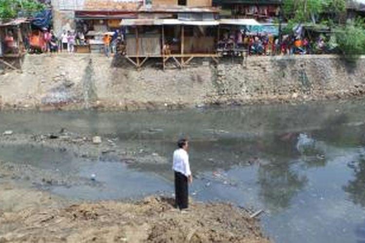 Gubernur Jakarta Joko Widodo meninjau pengerukan di Sungai Sunter, Jakarta Timur, Senin (25/11/2013) siang. Sudah 12 tahun, kali tersebut tak tersentuh pengerukan.