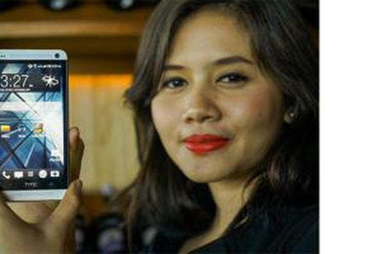 Model memperlihatkan smartphone HTC One Mini