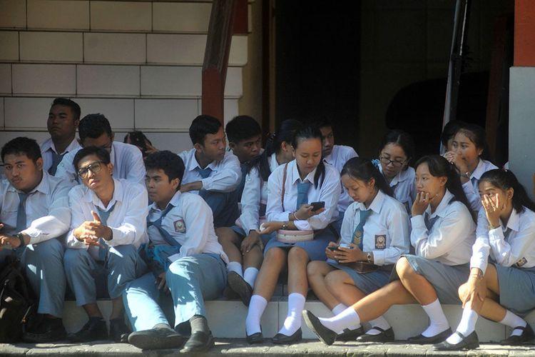 Sejumlah siswa menyimak pengarahan terkait ditundanya pelaksanaan Ujian Nasional Berbasis Komputer (UNBK) di SMK Pariwisata Dalung, Badung, Bali, Senin (16/3/2020). Pemerintah Provinsi Bali memutuskan untuk menunda pelaksanaan UNBK jenjang SMK di seluruh wilayah Bali sampai dengan batas waktu yang belum ditetapkan sebagai salah satu langkah pencegahan penyebaran COVID-19 atau virus Corona di lingkungan satuan pendidikan.