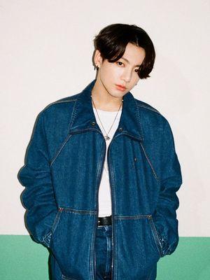 Jungkook menggunakan jaket denim Louis Vuitton.