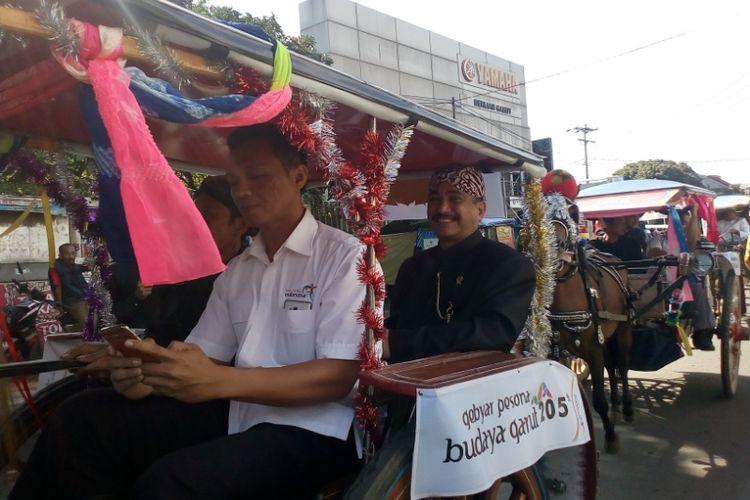 Menteri Pariwisata Arief Yahya saat menaiki delman menuju tempat pembukaan Gebyar Pesona Budaya Garut, Selasa (22/2/2018)