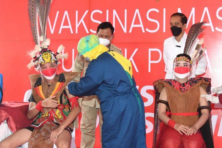 Presiden Jokowi didampingi Menteri Pertahanan Prabowo Subianto saat meninjau pelaksanaan vaksinasi pelajar di SMP 22 Samarinda, Kaltim, Selasa (24/8/2021).