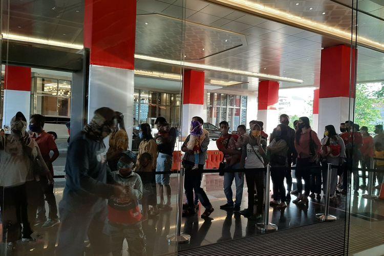 Antrean pengunjung Mal Tentrem Semarang, Minggu (23/8/2020).