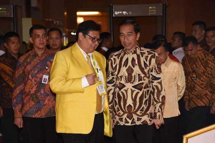 Ketua Umum Partai Golkar Airlangga Hartarto bersama Presiden Joko Widodo saat pembukaan Munas Partai Golkar di Hotel Ritz Carlton, Mega Kuningan, Jakarta, Selasa (3/12/2019)