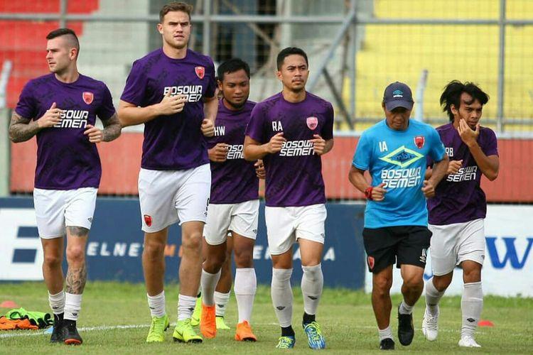 Para pemain PSM Makassar saat menjalani sesi latihan.